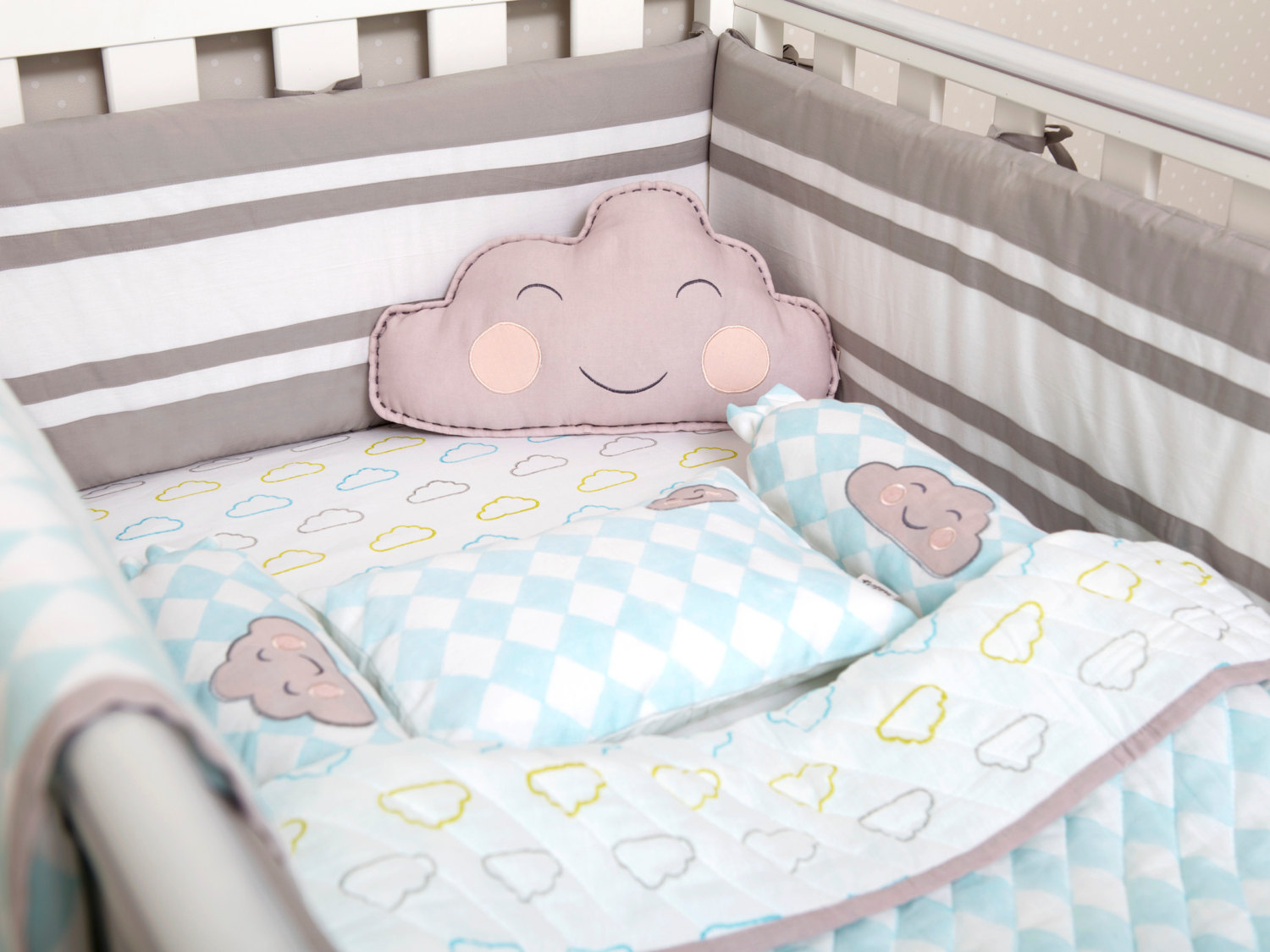 Image of: Happy Cloud Bedding Set