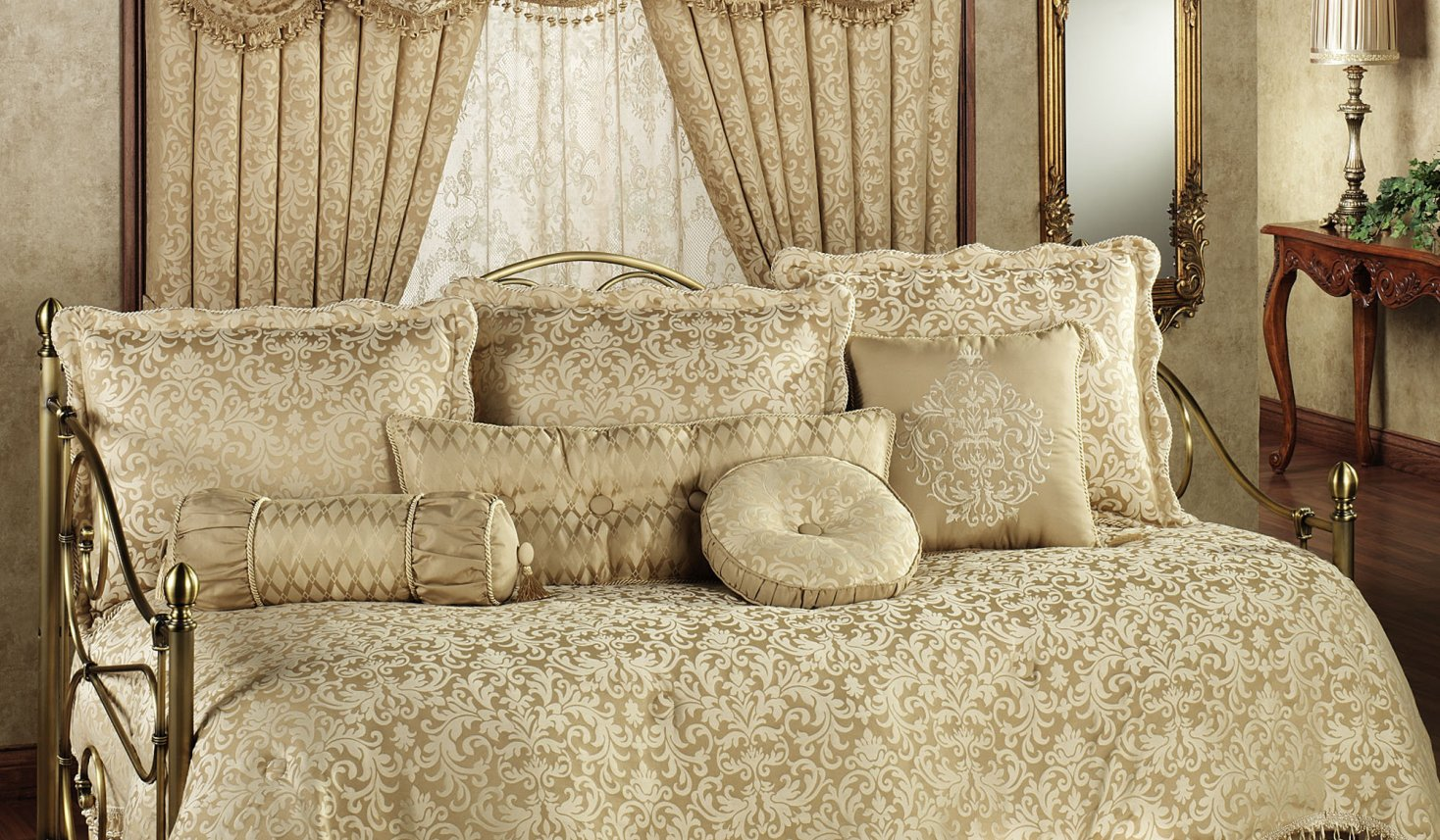 Image of: Girl Daybed Comforter Sets