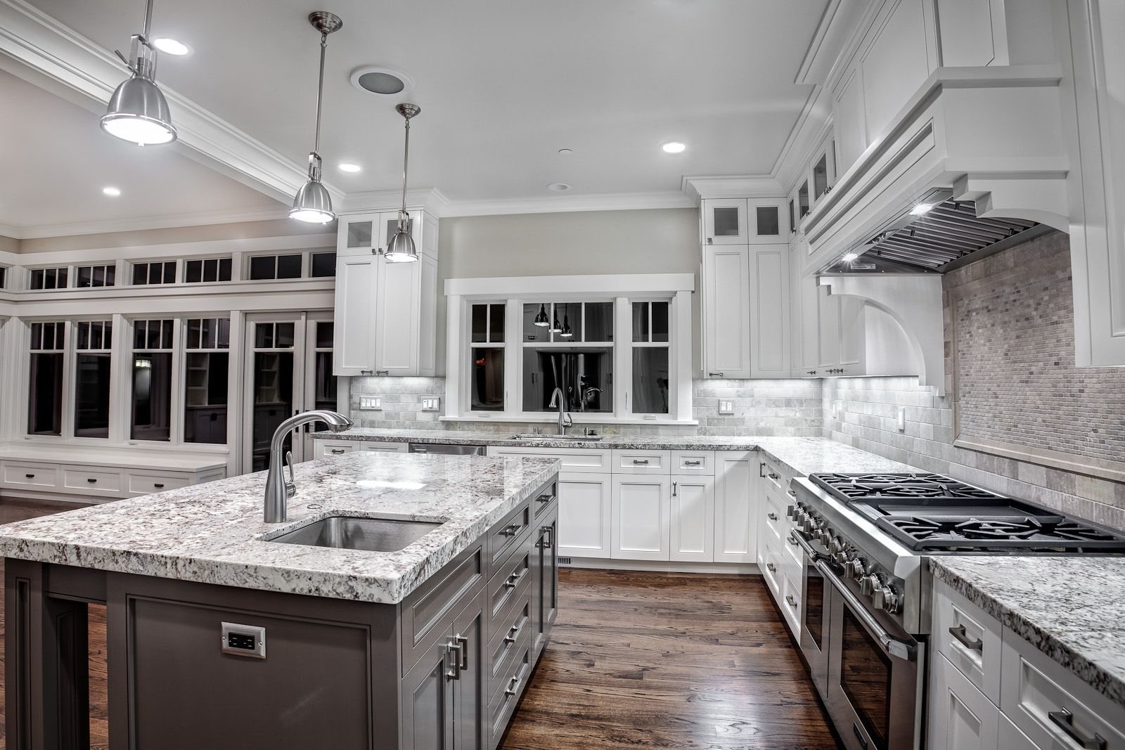Image of: Pictures Of White Cabinets With Granite